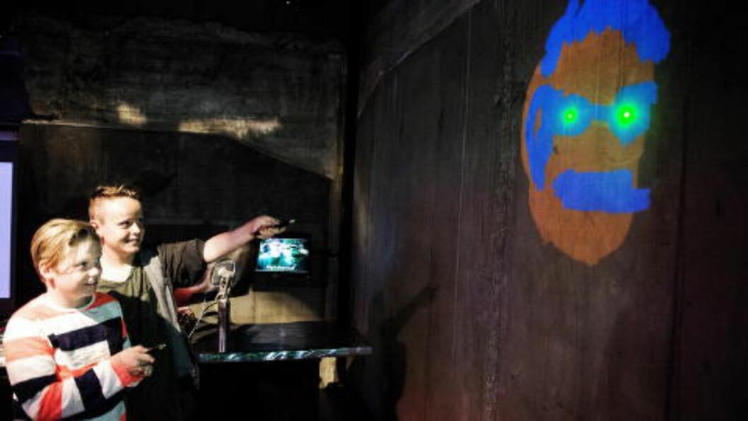 <strong>HIP-HOP GUTTA:</strong>  Josef og Felix Lianes tagger med laser på hip- hop rommet. Foto: JOHN T. PEDERSEN