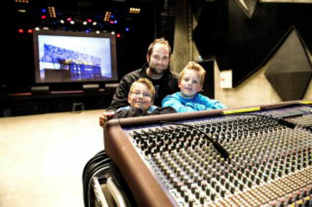 <strong> MUSIKKGLADE:</strong>  Familien Lisøe fra Stjørdal tester konserthallen. Foto: JOHN T. PEDERSEN