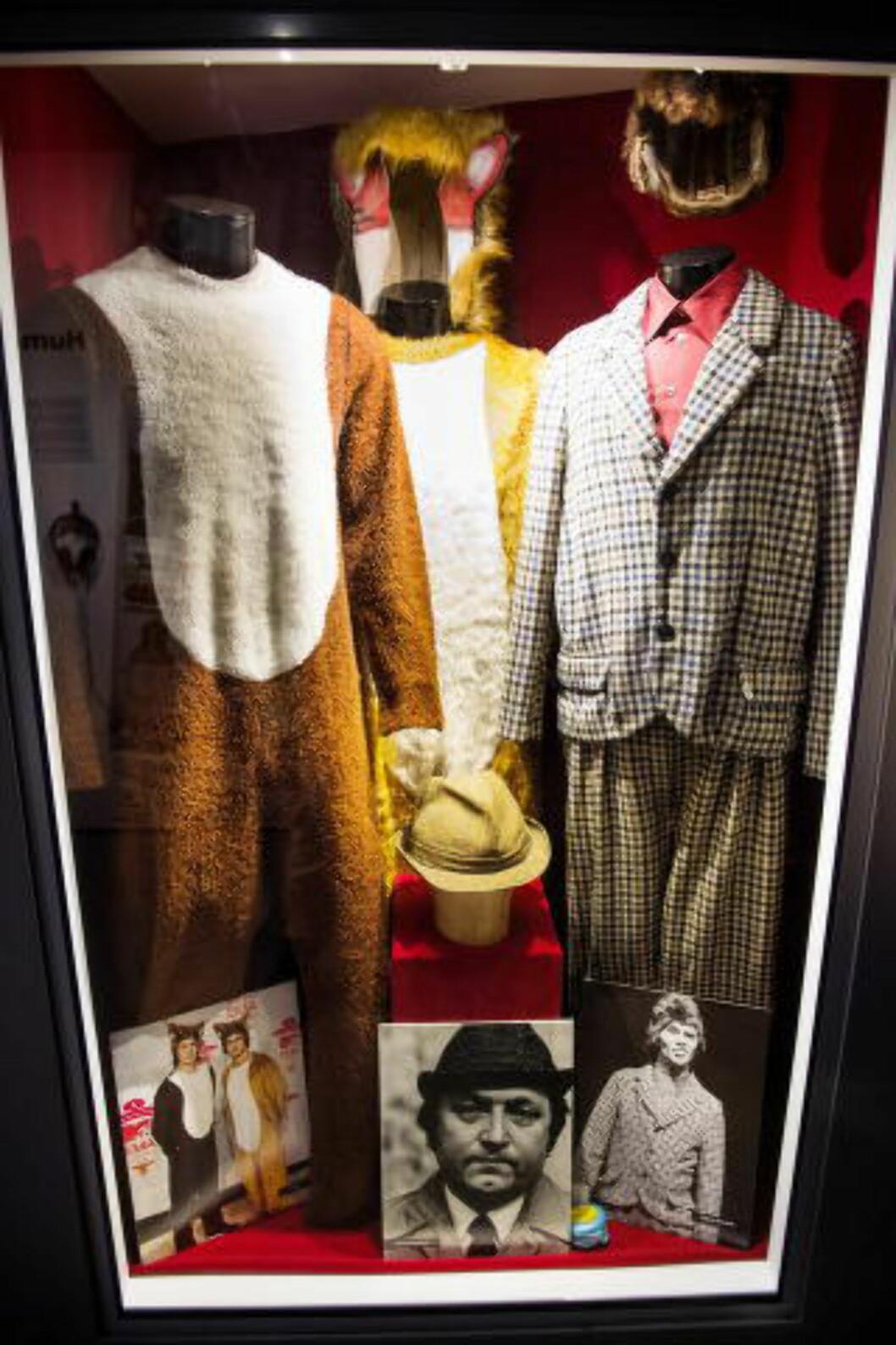 <strong> PÅ UTSTILLING:</strong>  Kostymene til The Fox, New Yokke og den eneste hatten til Fleksnes er her. Foto: JOHN T. PEDERSEN