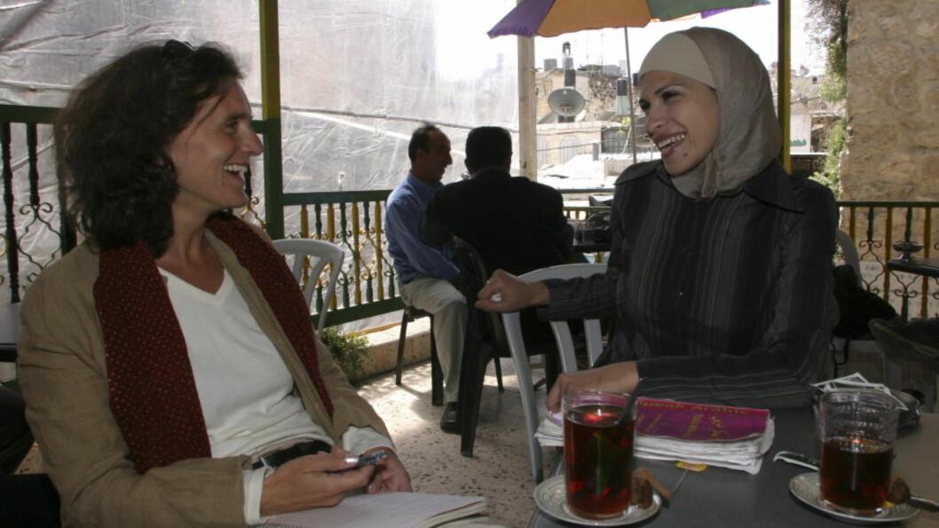 <strong>VENNINNE OG ARABISKLÆRER:</strong> «Sidsel Wold og Ikram Issa (21) møtes to ganger i uka. Palestinske Ikram lærer Sidsel arabisk. I tillegg forteller hun om livet med hijab, om sin forlovelse og framtidsdrømmer » er teksten på dette bildet i Dagbladets fotoarkiv, og bakgrunnen for at vi spurte om utenriksreporten i NRK fortelle oss litt mer om dette møtet. FOTO: LINE FRANSSON