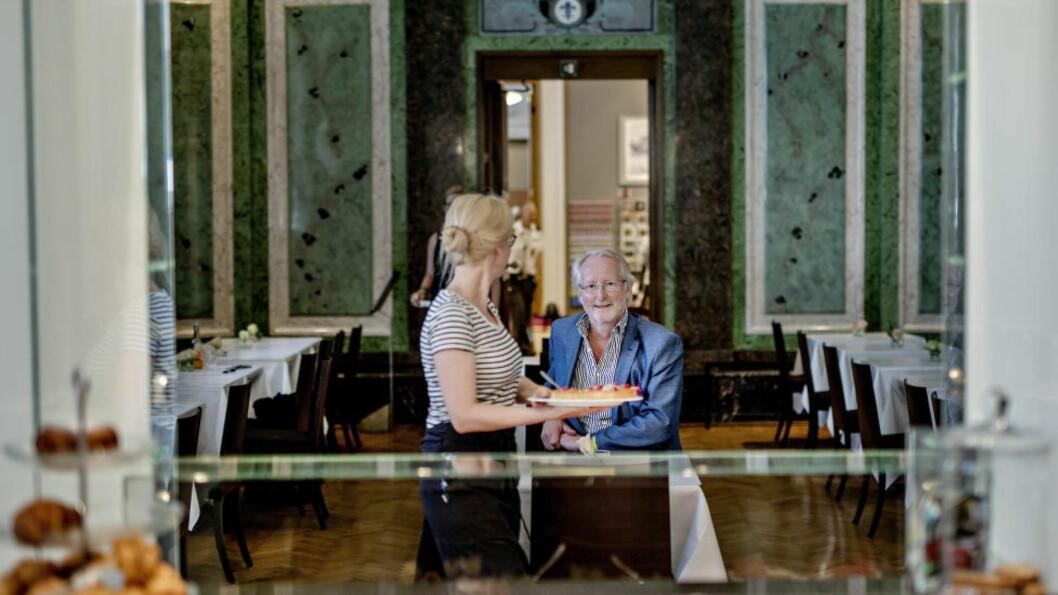 <strong>DEN FRANSKE SAL:</strong> Vi møter Eyvind Hellstrøm på Den franske sal på Nasjonalgalleriet. Frankrike har betydd mye for ham i løpet av livet. Foto: ANITA ARNTZEN