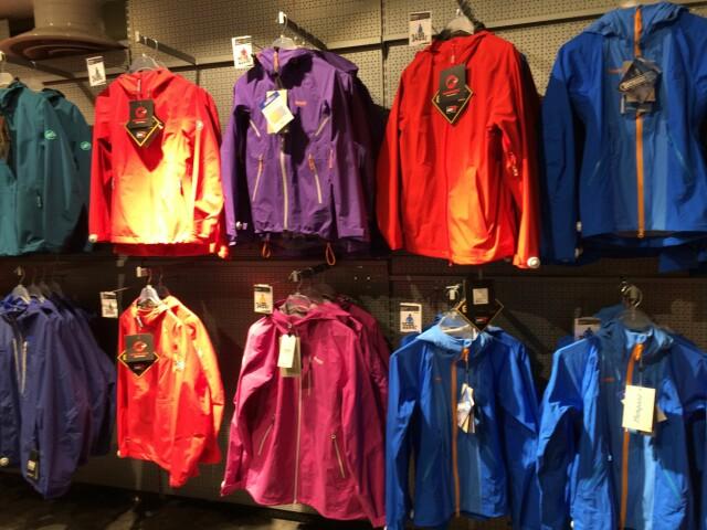 df58c0f6 GODT UTVALG: Det finnes utallige merker og prisklasser innen regntøy. Foto:  TORE NESET