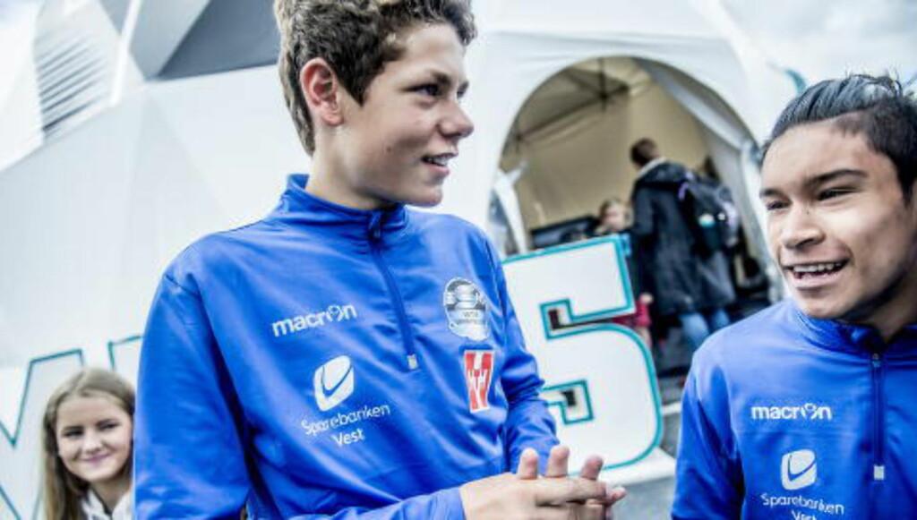 SYNDEBUKKEN: Sebastian til høyre, med lagkompisen som sendte ham i vannkulpen. Foto:Thomas Rasmus Skaug