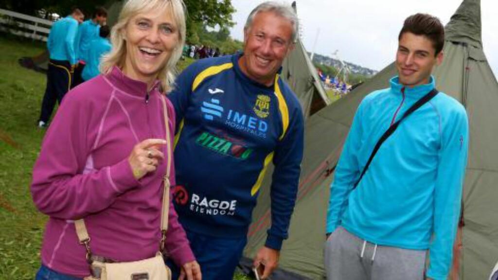 Glede: Marit  Gjelsten, trener Joan Antonio Lopez Perez og spilleren Inaki  gleder seg over oppholdet i Norge og Norway Cup. Foto: Odd Roar Lange