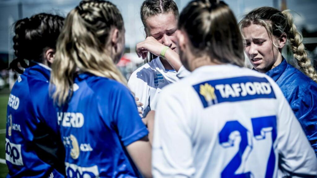 TÅREVÅTT: Vilde Fjellstad (i midten) fikk god trøst av lagvenninnene etter kampen. Helt til høyre er Katarina Dypvik Sunde. Foto: Thomas Rasmus Skaug