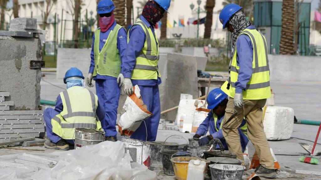 PÅ JOBB: Arbeidere fra det qatarske selskapet til den franske byggegiganten Vinci på jobb i Doha i mars i år. Den franske organisasjonen Sherpa skal ha avdekket en rekke kritikkverdige forhold hos selskapet, der Oljefondet har investert over fire milliarder kroner. Foto: NTB scanpix