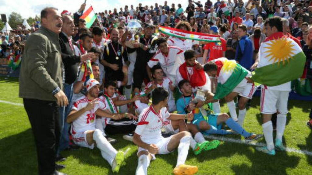 LAGBILDE: Det måtte tas opptil flere lagbilder av Kurdistan, også foran de flere hundre oppmøtte supporterne. Foto: Ine-Elise Høiby