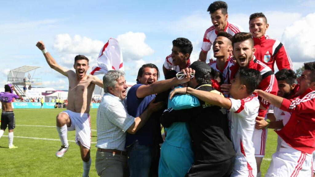 GLEDE: Kurdistans spillere og trenere stormet banen da de vant finalen. Foto: Ine-Elise Høiby