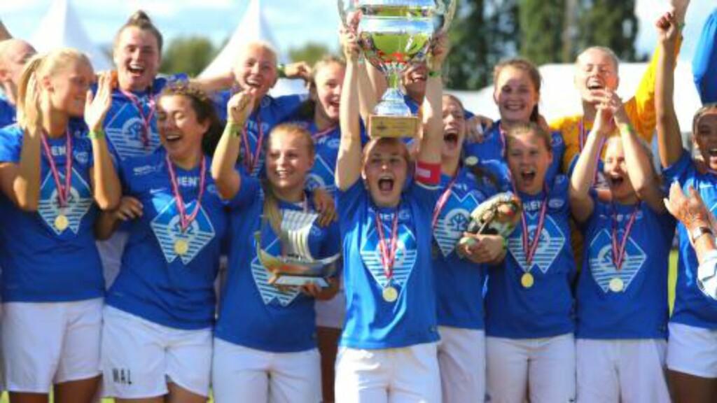 MOLDE-SEIER: Den store pokalen er sikret. Molde vant juniorklassen for damer i Norway Cup. Foto: Odd Roar Lange / Dagbladet