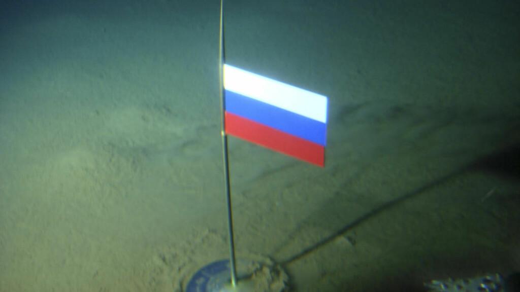 SØKER - ÅTTE ÅR ETTER FLAGGSERFLAGGPLANTING:  Nå har Russland lagt fram krav om 1,2 millioner kvadratkilometer av de olje- og gassrike arealene under Nordpolen. Men allerede 2. august 2007 distruerte russiske myndigheter dette bilde av eget flagg i titan, plantet på bunnen, drøyt 4 000 meter under havets overflate på polpunktet. Arkivfoto:  Association of Russian Polar Explorers/AP/NTB Scanpix.