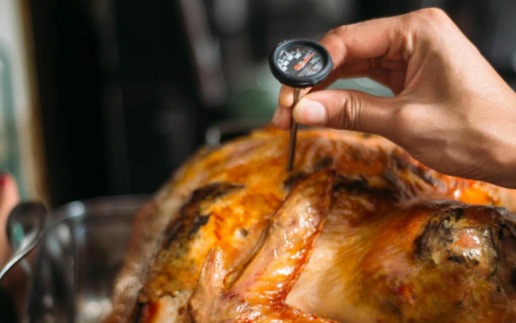 PÅ DET TYKKESTE: Det kan være vanskelig å treffe når du bruker steketermometer på for eksempel kyllinger. Er du i tvil: Sjekk gjerne flere steder. Illustrasjonsfoto: IMAGE SOURCE / NTB