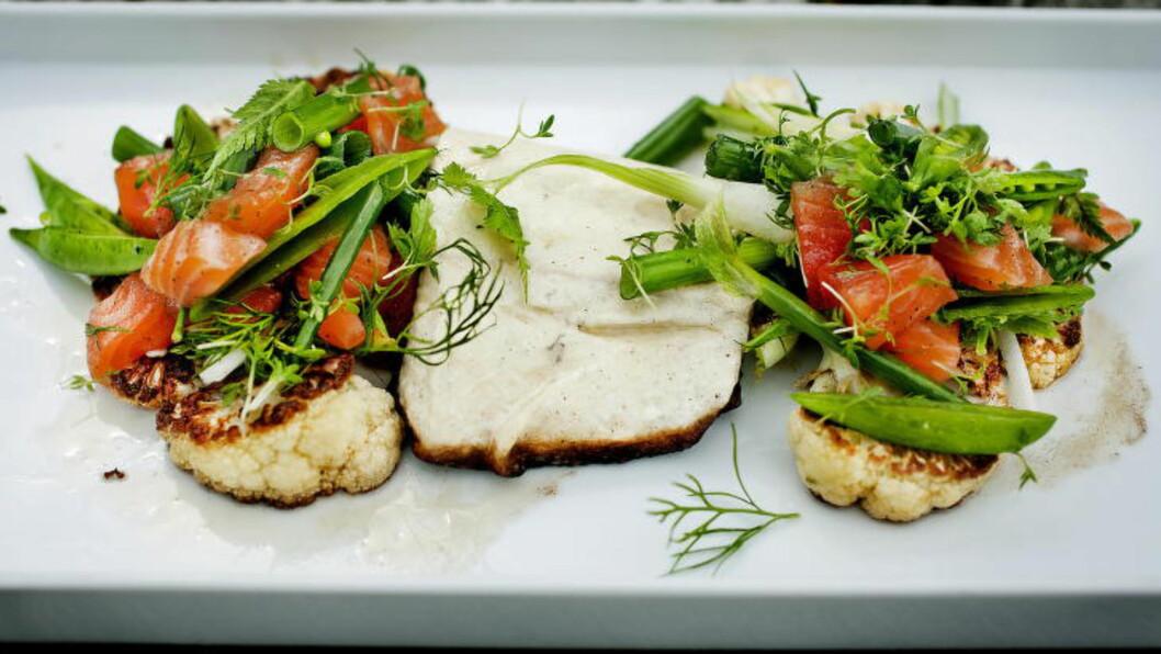 <strong>FISK MED FISKESALAT:</strong> Stekt kveite og blomkål med gravlakssalat.   Foto: METTE MØLLER