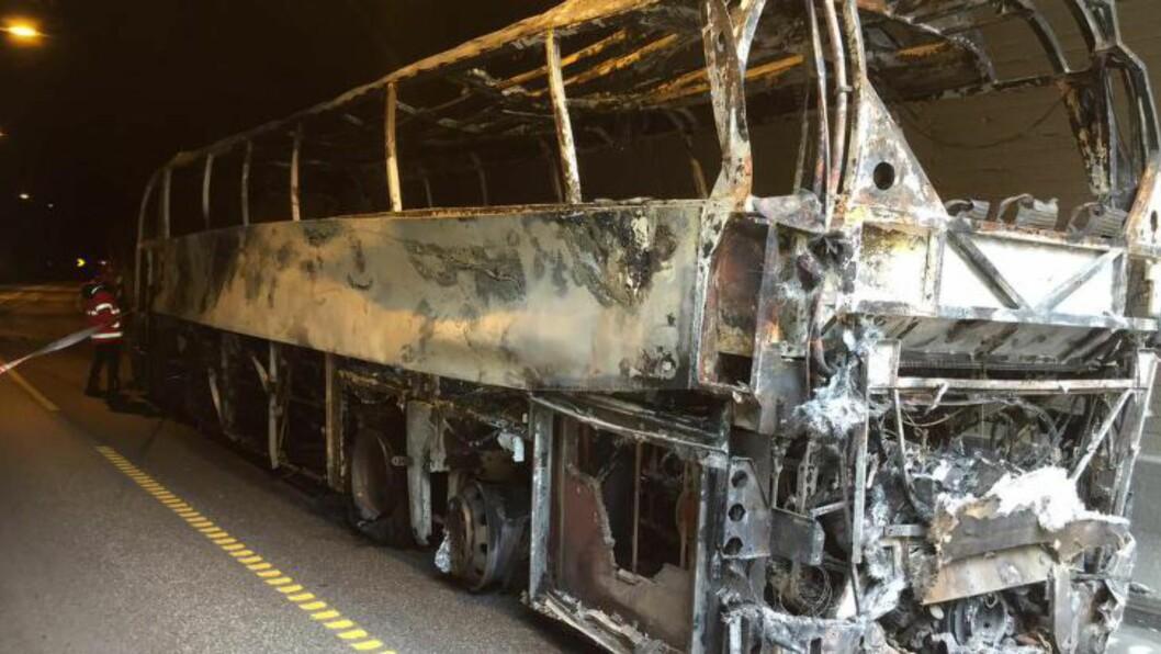 <strong> BLE GRILLET:</strong>  Bussen som tok fyr inne i Gudvangatunnelen bærer tydelig preg av gårsdagens brann. Her på vei ut av tunnelen. Foto: Statens Vegvesen