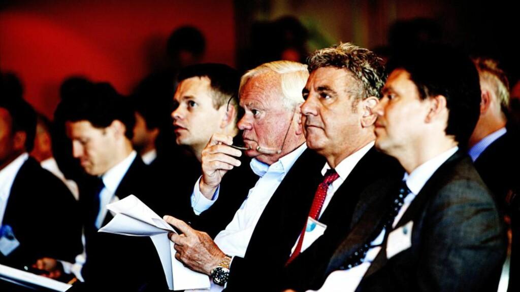 OLJESERVICE: Grunnlaget for nedturen i Archer ble lagt i 2010 og 2011. Her er investor John Fredriksen (i midten) sammen med styreleder og senere CEO i Archer, Jørgen Peter Rasmussen (til høyre for Fredriksen), på Paretos oljeseminar i 2010. Foto: IVÁN KVERME / FINANSAVISEN