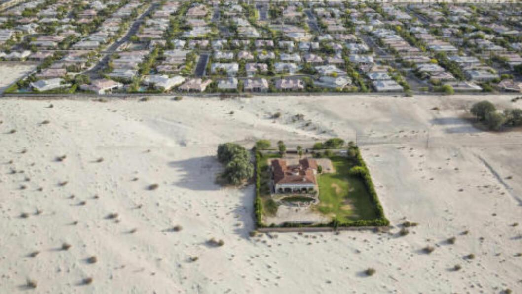 <strong>EN ØY AV GRESS:</strong> Bildet viser grønne eiendommer i Rancho Mirage, California, med store ørkenområder som truer på dørstokken. Foto: Damon Winter / The New York Times