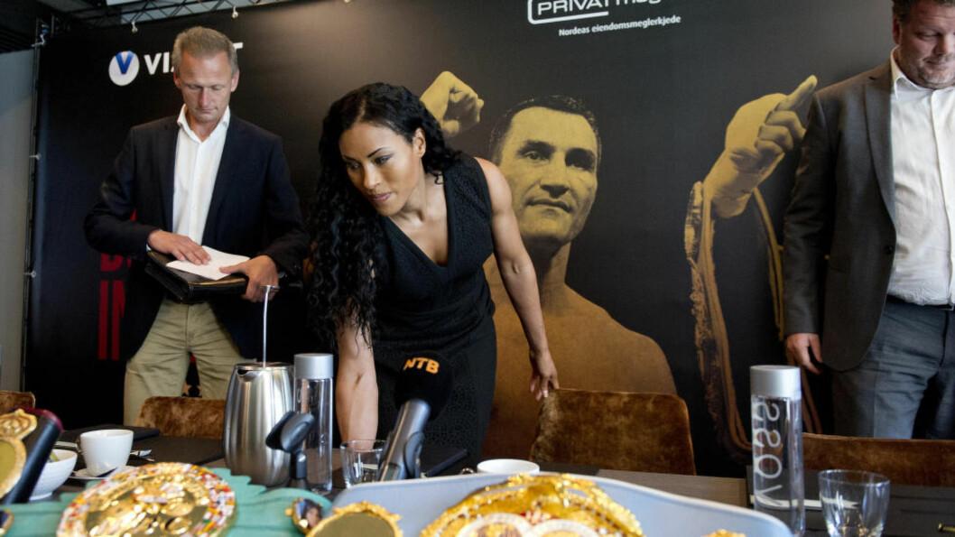KLAR FOR KAMP. Cecilia Brækhus setter seg foran pressekonferansen på The Thief på Tjuvholmen. Hun forteller at hun er klar for kamp. Men hun ville ikke avsløre motstanderen 24. oktober i Frankfurt. Foto: Jon Olav Nesvold / NTB scanpix