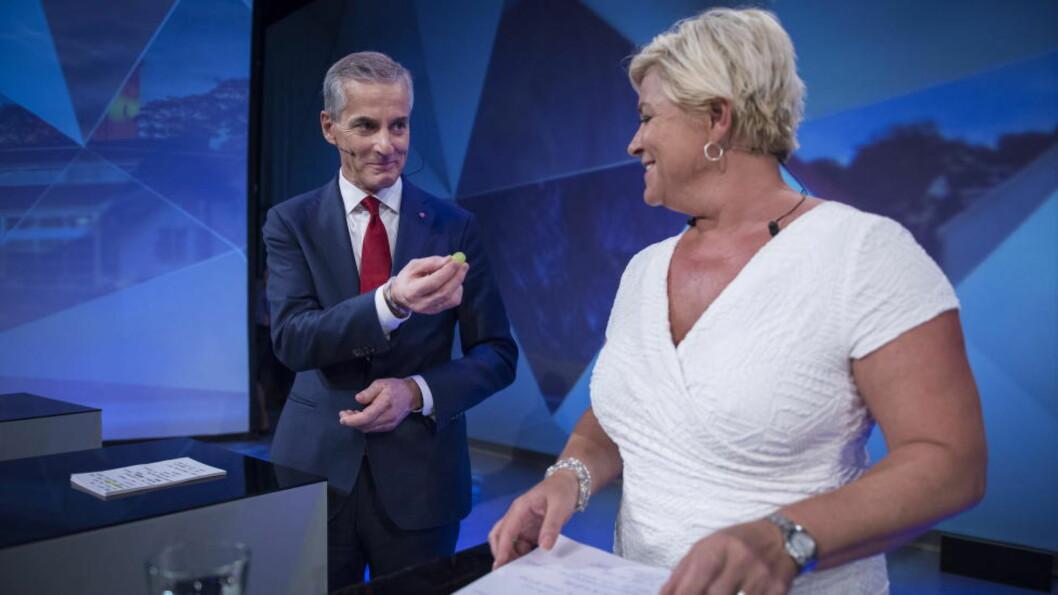 <strong>DELTE UT DRUER:</strong>  Jonas Gahr Støre delte ut druer til Frp-leder Siv Jensen i sekundene før partilederdebatten startet i Arendal mandag. Foto: Øistein Norum Monsen / Dagbladet