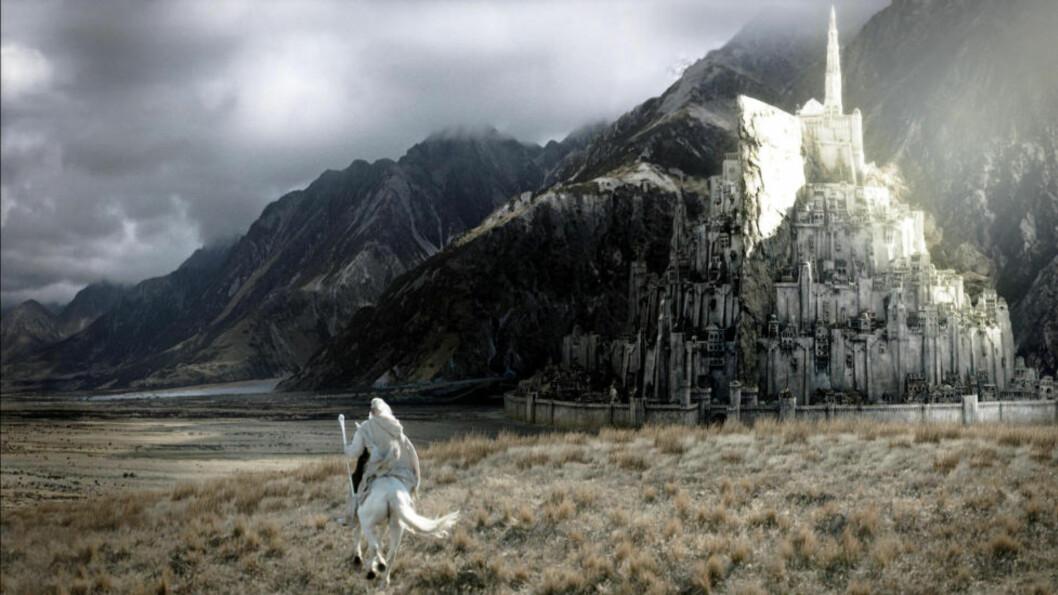 <strong> KJÆRT FILMMINNE:</strong>  Mang en kinogjenger lot seg imponere over byen Minas Tirith. Nå ønsker fans å gjenreise den stolte festningen som her får en visitt av trollmannen Gandalf (spilt av Ian McKellen). Foto: Scanpix