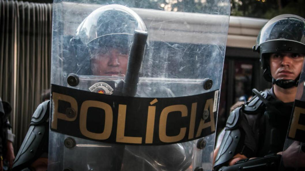 <strong>FRYNSETE RYKTE:</strong> Det brasilianske militærpolitiet har pådratt seg et frynsete rykte, og mistenkes for å stå bak en rekke hevndrap på sivile. Her under en konfrontasjon med demonstranter mot vannmangel i Sao Paulo i februar i år. Foto: Scanpix