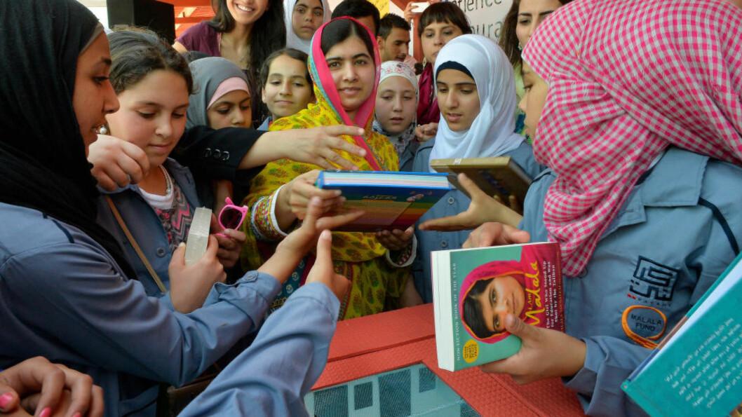 ÅPNET SKOLE FOR SYRERE:  I sommer åpnet Nobelprisvinner Malala Yousafzai (midten) opp en jenteskole i Libanon, helt på grensa til Syria. Skolen skal gi kvalitetsutdannelse til mer enn 200 syriske jenter som er flyktninger i Bekaadalen. - På vegne av alle verdens jenter krever jeg at våre ledere investerer mer i bøker enn i kuler. Bøker, ikke kuler, vil lage vei mot fred og utvikling, sier hun. Foto: Balkis Press / Scanpix