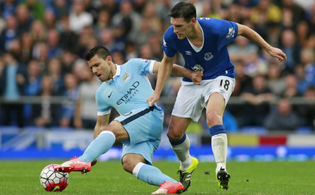 <strong>DAGENS HELT:</strong> Sergio Agüero bidro til at en mann som fikk et epileptisk anfall fikk hjelp under kampen mot Everton og Gareth Barry. Foto: Scanpix