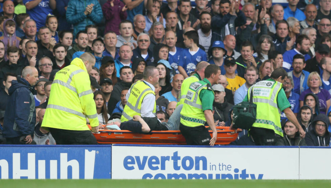 <strong>DRAMATISK:</strong> En mann kollapset under kampen mellom Everton og Manchester City. Foto: Scanpix