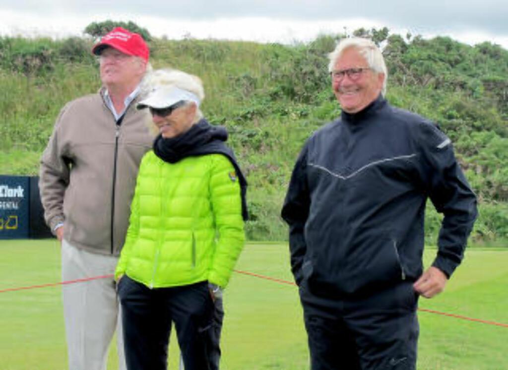 I SOMMER:  Donald Trump sammen med foreldrene til Suzann Pettersen, Mona Pettersen og Aksel Pettersen, 31. juli under  golfturneringen Women's British Open 2015 - på Trump Turnberry Resort i Skottland. Foto: Øystein Bjerkestrand, NTB Scanpix.