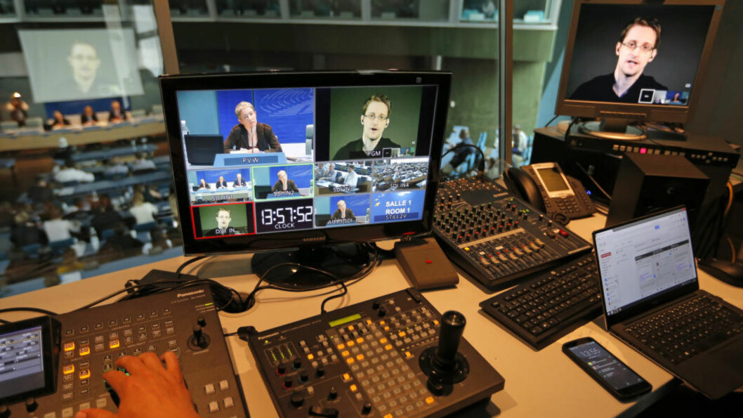 VANT TIL Å KOMMUNISERE PR. VIDEOLINK:  Her deltar Edward Snowden på videolink i et møte om varsling i Europarådet i Strasbourg i Frankrike 23. juni i år. Foto: Vincent Kessler, Reuters/NTB Scanpix.