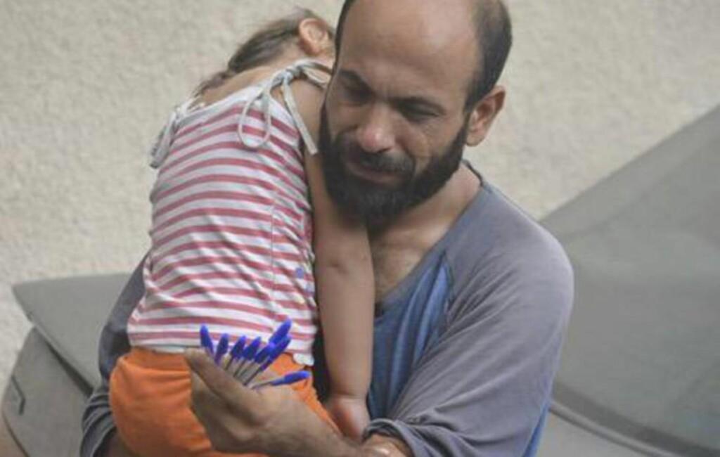 FÅR UVENTET HJELP: Bildet av flyktningen Abdul som selger penner på gata i Beirut med en sovende datter på armen har gått verden rundt etter at islendingen Gissur Simonarson, bosatt i Gjerdrum, retweetet det. Nå har han startet innsamslingsaksjon og fått inn nærmere 60 000 dollar.