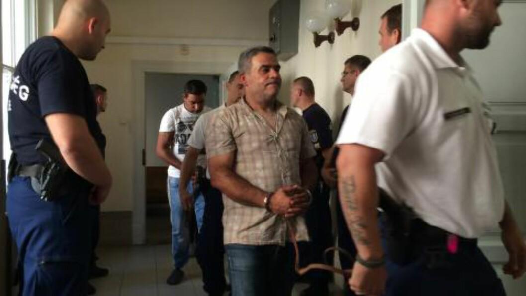 <strong> FENGSLET:</strong>  To av de fire mennene som først ble pågrepet på vei inn til fengslingsmøte i Kecskemet i Ungarn lørdag. Foto: Pablo Gorondi, Reuters/NTB Scanpix.
