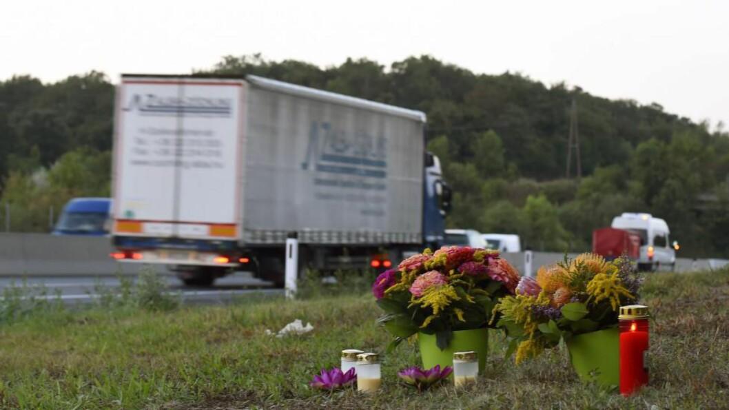 <strong> GRUFULL TRANSPORT:</strong>   Lastebilen med de døde flyktningene ble funnet parkert torsdag ved motorveien i Nickelsdorf i Østerrike. Foto: Herbert P. Oczeret, EPA/NTB Scanpix.