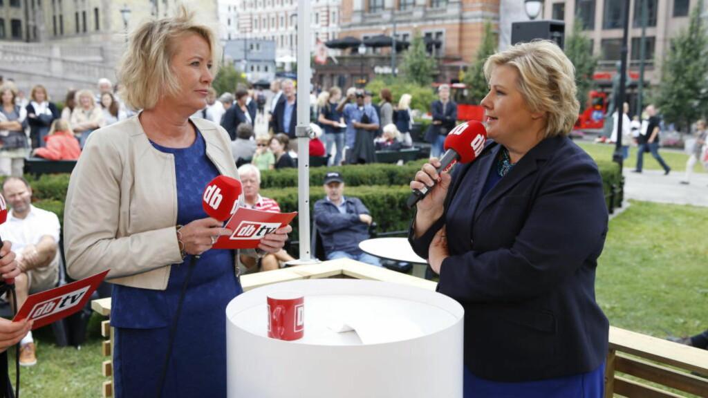 TILBAKE: Statsminister Erna Solberg er klar for ny partilederutspørring i Dagbladets valgbod mandag. Dette bildet er fra 2013, sammen med Marie Simonsen. Foto: Bjørn Langsem / Dagbladet