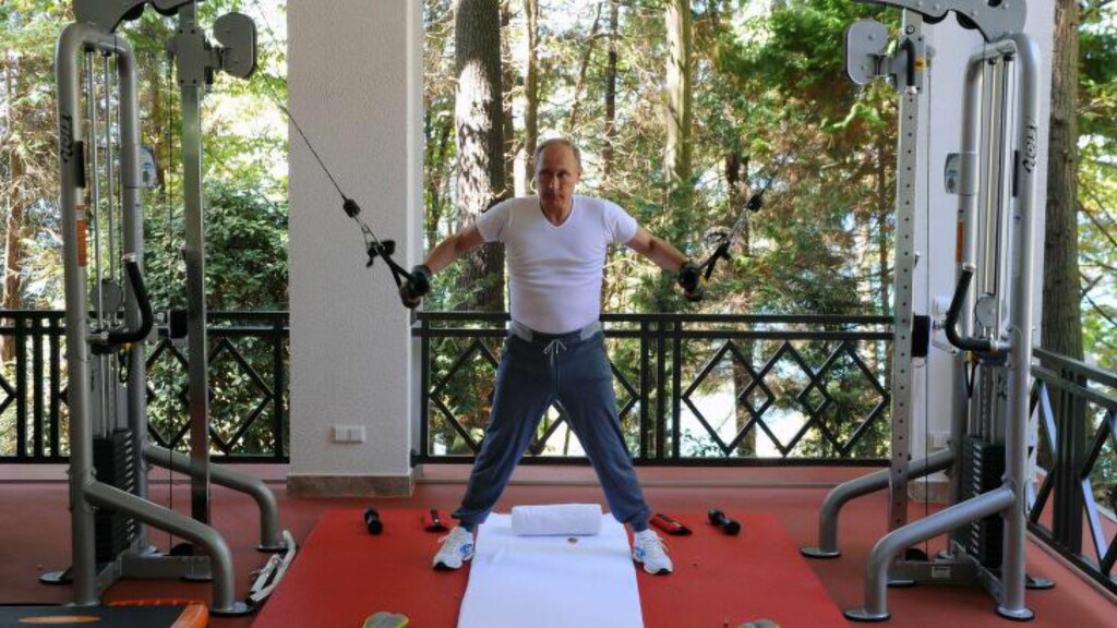 TOPSHOTS Russia s President Vladimir Putin works out at a gym at the Bocharov Ruchei state residence in Sochi on August 30, 2015. AFP PHOTO / RIA NOVOSTI / MIKHAIL KLIMENTYEV