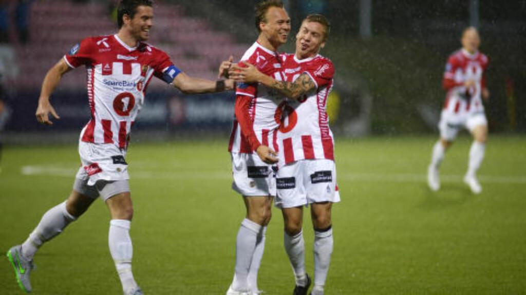 GRATULERER: Magnus Andersen headet ballen i mål. Det gledet blant annet Thomas Kind Bendiksen og Simen Wangberg. Foto: Rune Stoltz Bertinussen / NTB scanpix