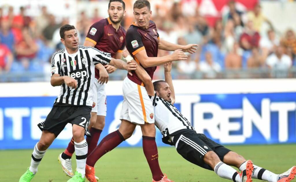 NY SMELL: Roma slo regjerende ligamester Juventus 2-1 i italiensk Serie A søndag. Gjestene fikk to mann utvist. Foto: AFP PHOTO / ALBERTO PIZZOLI / NTB Scanpix