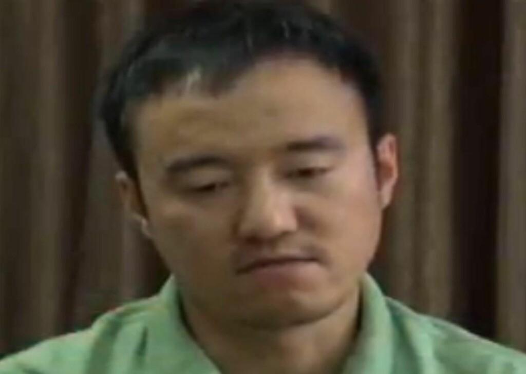 ANGER PÅ TV: Den kinesiske finansjournalisten Wang Xiaolu er blitt syndebukk for det kinesiske børsraset, som dro med seg resten av verdens børser. - Jeg angrer på det jeg har gjort og er villig til å erkjenne min forbrytelse. Jeg håper de juridiske myndighetene gir meg en sjanse og behandler meg mildt, sa Wang på statlig kinesisk TV. Foto: CCTV / AFP PHOTO / NTB SCANPIX