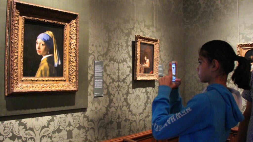 MAURITSHUIS: Folk fra hele verden kommer for å se Vermeers berømte maleri Pike med perleøredobb. Foto: KIRSTEN MARGRETHE BUZZI