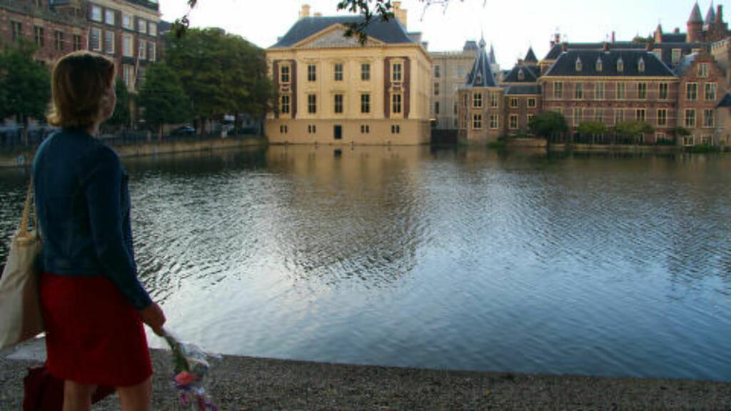 I HAAG:  I museet Mauritshuis ved innsjøen Hofvijver henger maleriet Pike med perleøredobb. Dere bør også se det betagende maleriet til Carel Fabritius, The Goldfincch, tipser Elvira Meijsing i Haag. Foto: KIRSTEN MARGRETHE BUZZI
