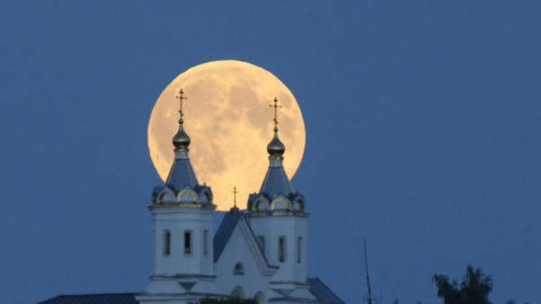 <strong> SUPERMÅNEN ER PÅ VEI:</strong> Ved fullmåne ser månens side som vender mot jorda større en vanlig på himmelen. Foto: AP Photo/Sergei Grits