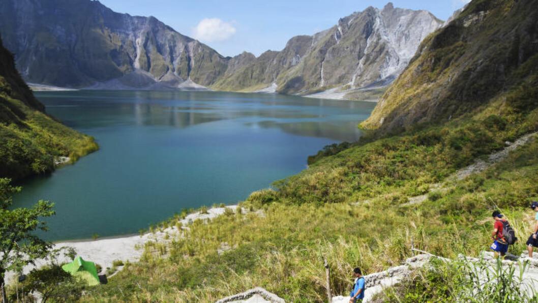 <strong>KRATERSJØ:</strong> 12. juni 1991 våknet den filippinske vulkanen Pinatubo til liv for første gang på nesten 500 år. I dag strømmer turisten til kratersjøen som ble skapt. Foto: MARI BAREKSTEN