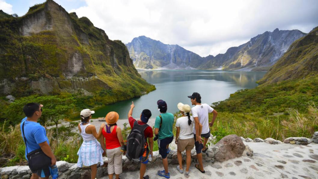 <strong>KRATERMAGI:</strong> Turister lar seg imponere av kraterinnsjøen på toppen av Mount Pinatubo. Foto: MARI BAREKSTEN