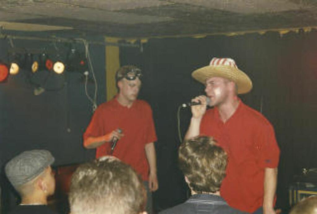 Frå spaltistens fyrste av mange konsertar med Malk de Koijn. Her er Blæs Bukki (tv.) og Tue Track i Aalborg i 1997. (Foto: R. Gudnason.)