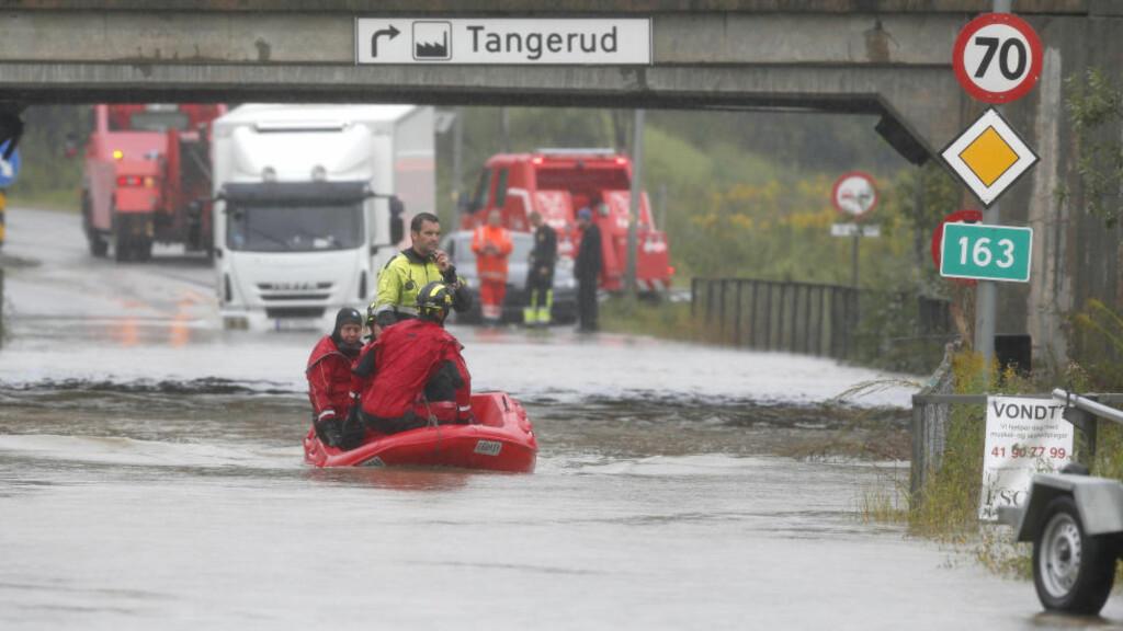 PROBLEMER: Togundergangen ved Lørenskog stasjon er full av vann. Nedbøren skaper  problemer for biler og tog.  Foto: Vidar Ruud / NTB scanpix