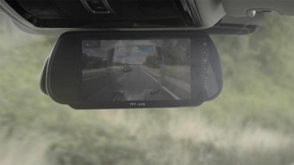 USYNLIG: Kameraer fanger opp bilder du ikke ser selv, og viser deg informasjonen i speilene.  Foto: LAND ROVER