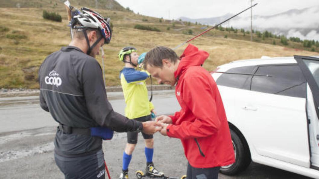 <strong>SJEKK:</strong> Underveis i treninga sjekker trener Stig Rune Kveen Northugs laktatverdier. De forteller hvor sliten kroppen er, og at det ikke trenes for hardt. Foto: Tormod Brenna