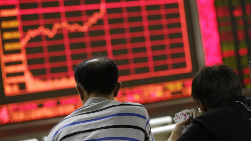 PROBLEMER?: Kina har siden midten av juni opplevd et børsfall på rundt 40 prosent, og myndighetene har satt i verk en rekke tiltak for å stanse raset.  Foto:  EPA/HOW HWEE YOUNG