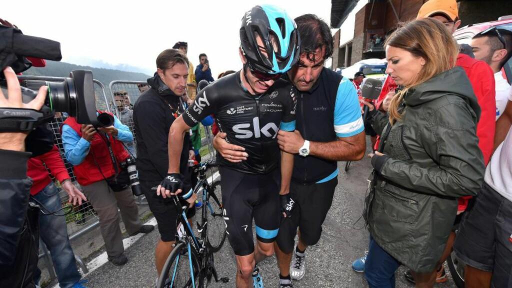 KRAFTIG FORSLÅTT: Chris Froome måtte ha hjelp for å ta seg inn på lagbussen etter hans grusomme etappe i Andorra, onsdag. I dag gir han ventelig opp vueltaen. FOTO: Tim De Waele/TDWSPORT.COM