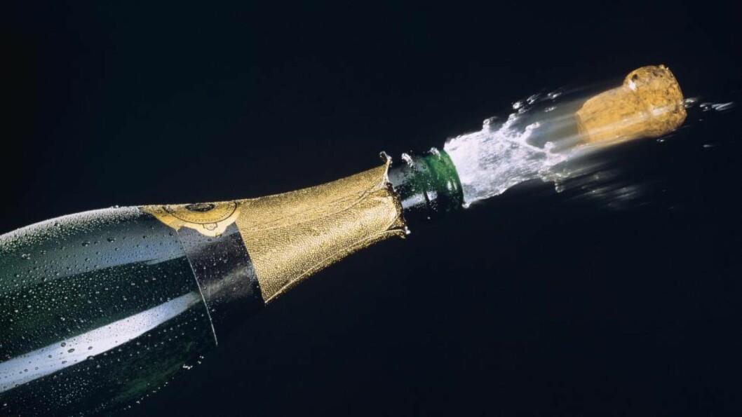 KORK FØRTE TIL NØDLANDING:  Da en uheldig flyvertinne skulle åpne en flaske med Champagne om bord i Easyjet-flyet, smalt korken i taket slik at oksygenmaskene over setene til kabinpersonalet falt ut, skriver The Telegraph. Foto: BON APPETIT / NTB SCANPIX