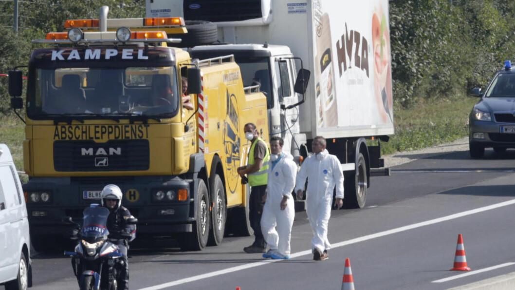 <strong>FANT 71 DØDE:</strong> Flere barn og spedbarn var blant menneskene som ble funnet døde i lastebilen 27. august. Foto: REUTERS/Heinz-Peter Bader/NTB Scanpix
