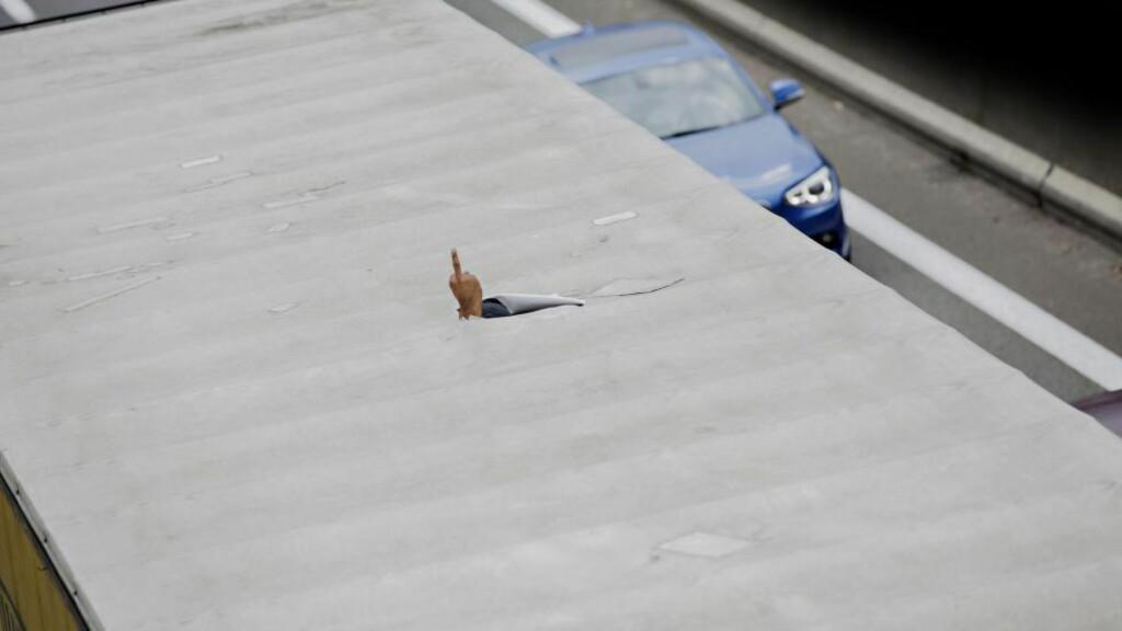 EN SISTE HILSE: En blindpassasjer har gjemt seg i en trailer på vei mot England. Bort fra den umenneskelige flyktningeleiren The Jungle i Calais.